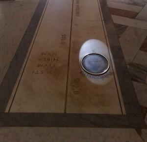 La meridiana nel Gran Salone del Museo Archeologico Nazionale di Napoli in funzione nel giorno del solstizio d'inverno: i raggi solari intersecano il segno del Capricorno al solstizio d'inverno