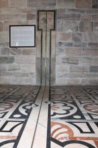 Il simbolo del segno astrologico Capricorno bella meridiana del Duomo di Milano, viene colpito dal raggio solare al Solstizio d'Inverno